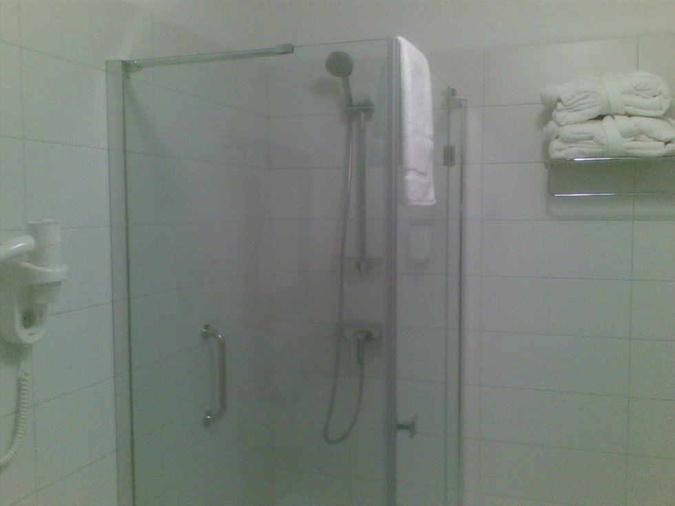 Talaria Ladies SPA - Kabina prysznicowa w łazience i obok wieszaki relingowe wysokiej jakości.