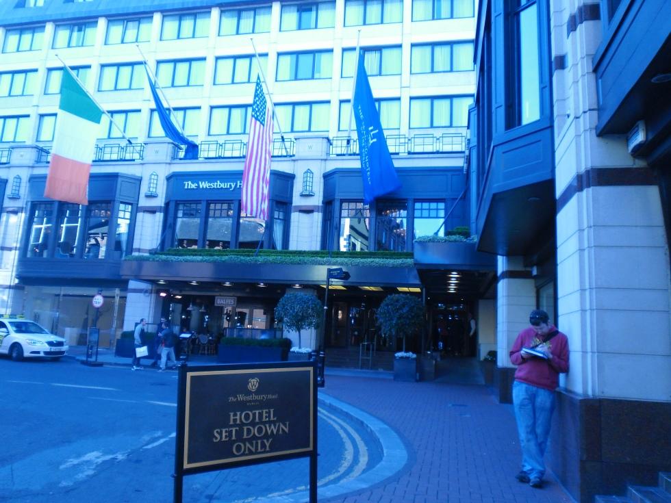 Wjazd do Hotelu. Charakterystyczne zakole. zdj. Latek Hotels