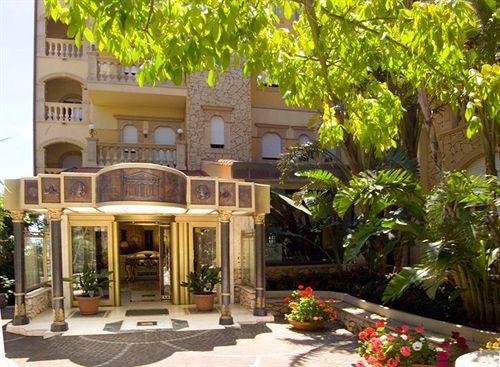 Hotel Hellenica Gardini Naxos wejście do Hotelu. zdj. strona hotelu.