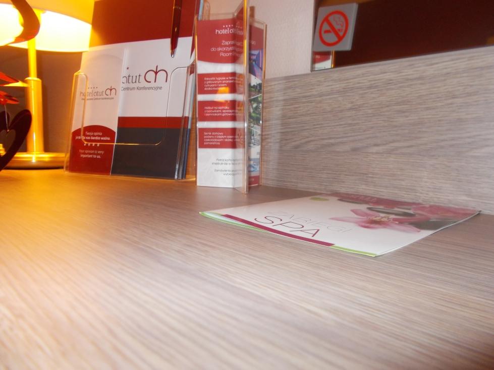Hotel Atut **** biurko do pracy pełne ofert i materiałów drukowanych. zdj. Latek Hotels.